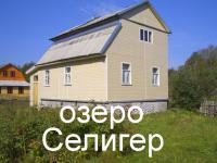 Крепкий дом в деревне на берегу озера Селигер